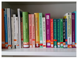 Foto: Bücherregal mit Fachliteratur