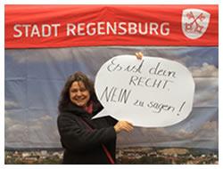 """Foto: Frau mit Plakat """"Es ist dein RECHT NEIN zu sagen!"""""""