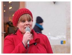 Foto: Frau hält Rede im Freien